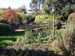 В Хоббитоне на полную ставку работает 4 садовника, на лето нанимаются еще несколько контрактников